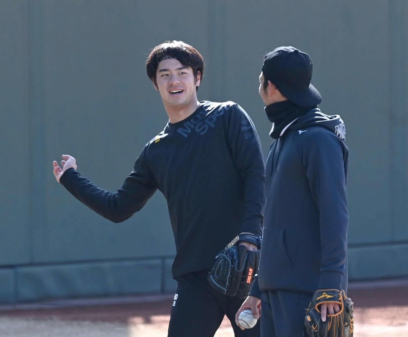 キャッチボールを終えて会話する鈴木(左)と加治屋(代表撮影)