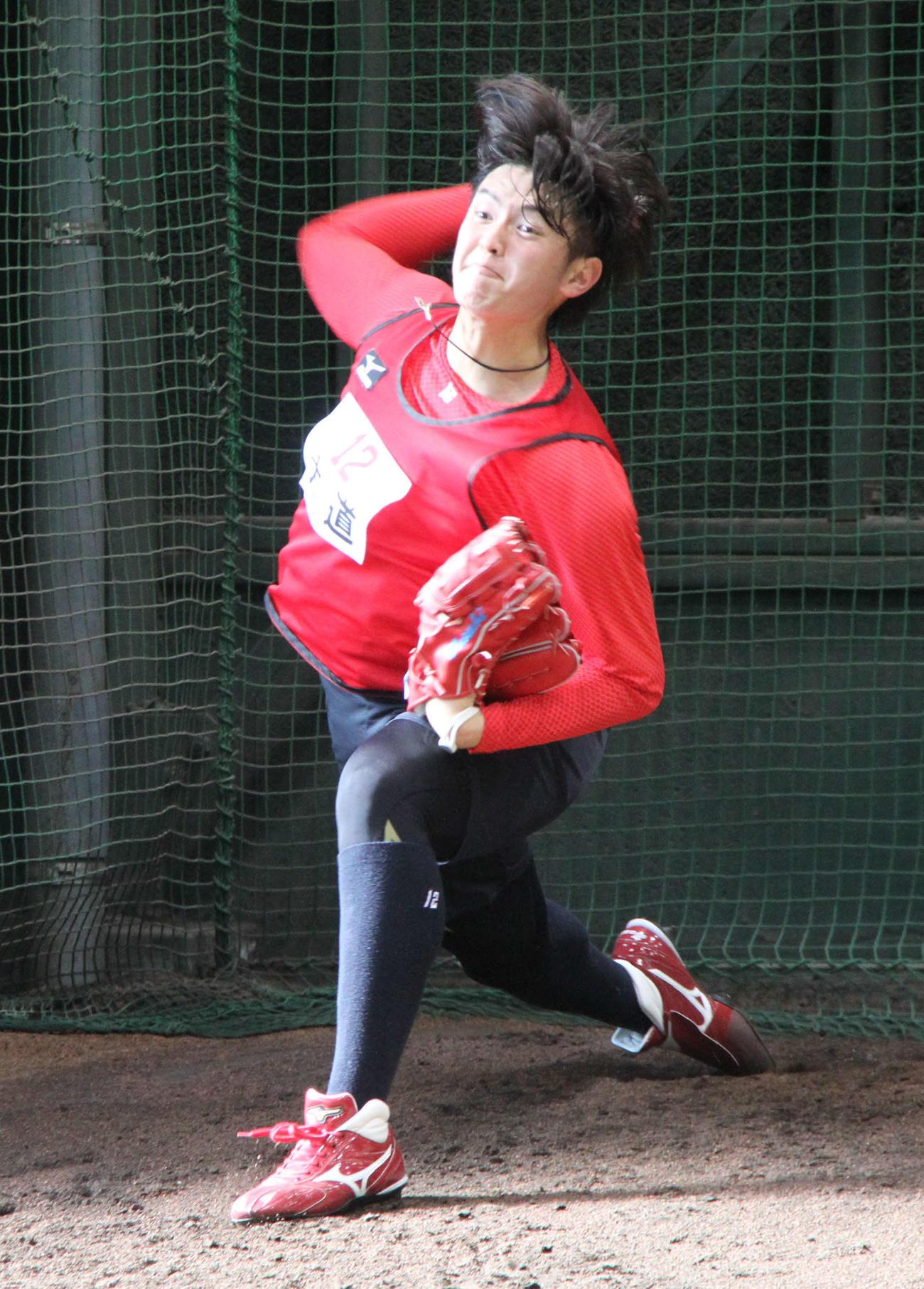 ブルペンで投球練習する広島大道(球団提供)