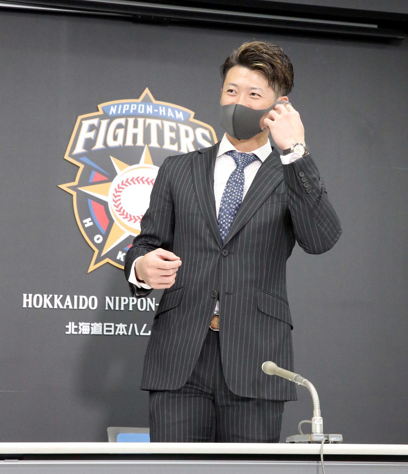 契約更改を終えマスク姿で会見場に現れる日本ハム西川(撮影・佐藤翔太)