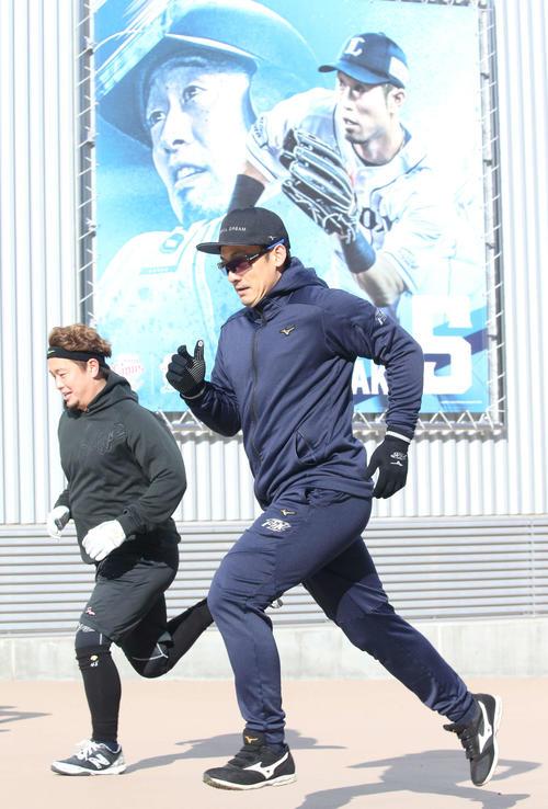 室内練習場に隣接する坂を駆け上がる西武栗山(右)と岡田(代表撮影)