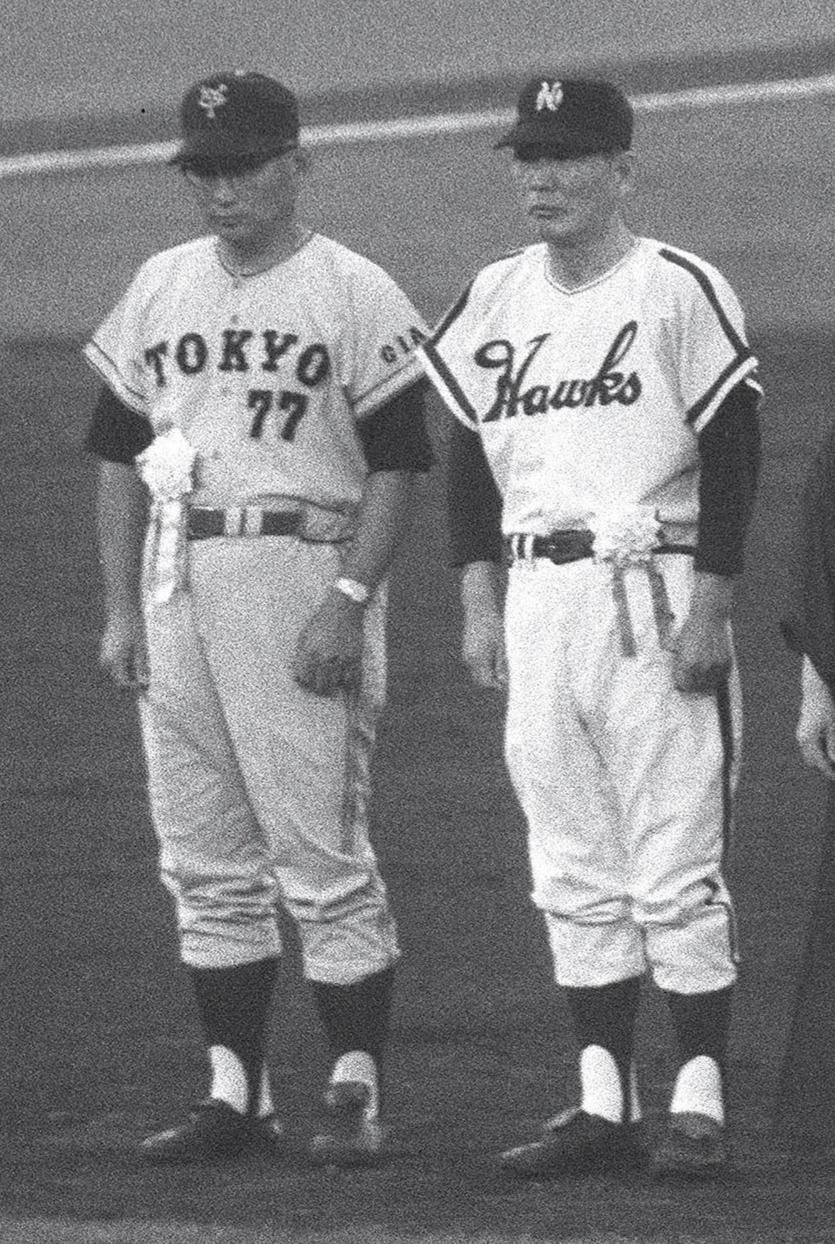 66年、野球殿堂入り表彰を受ける鶴岡一人(山本一人)と川上哲治監督(左)