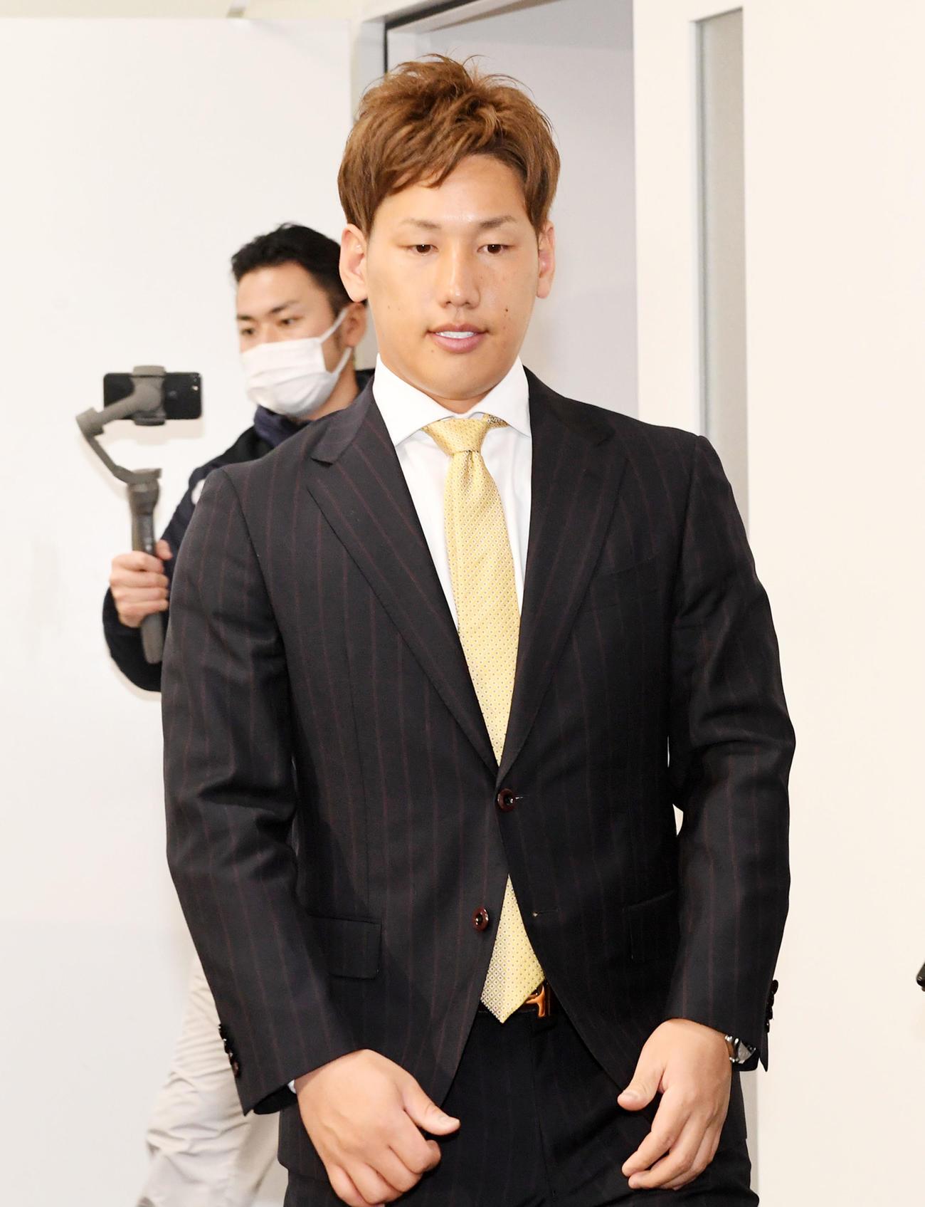 アップで契約更改、会見の席に着くオリックス吉田正(代表撮影)