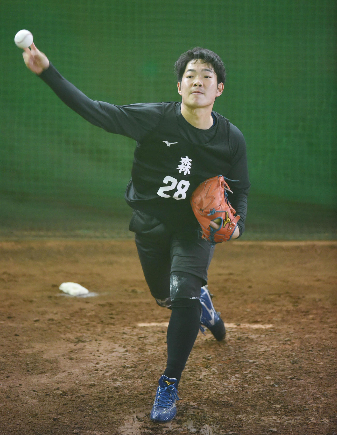 ブルペンで投球練習をする中日のルーキー森(撮影・森本幸一)
