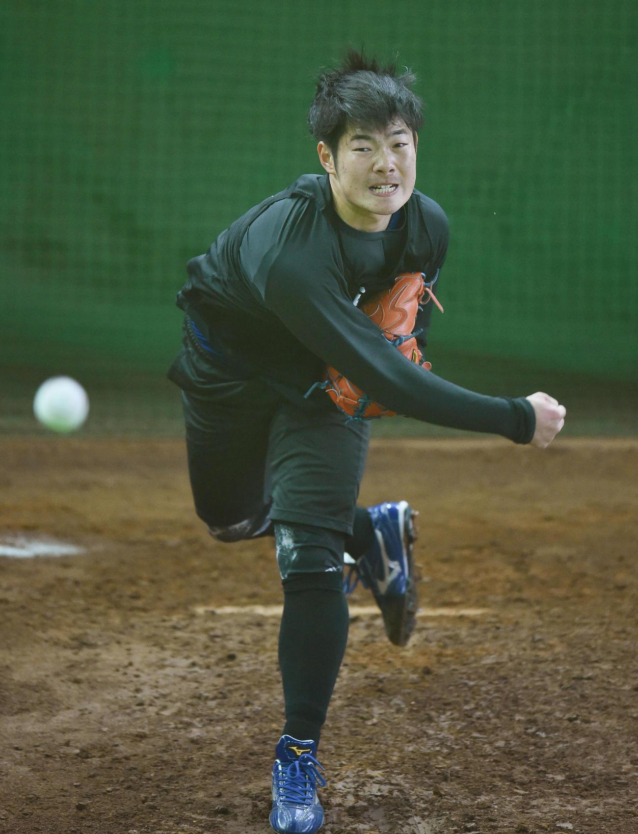 新人で最初のブルペン投球を行った中日森(撮影・森本幸一)