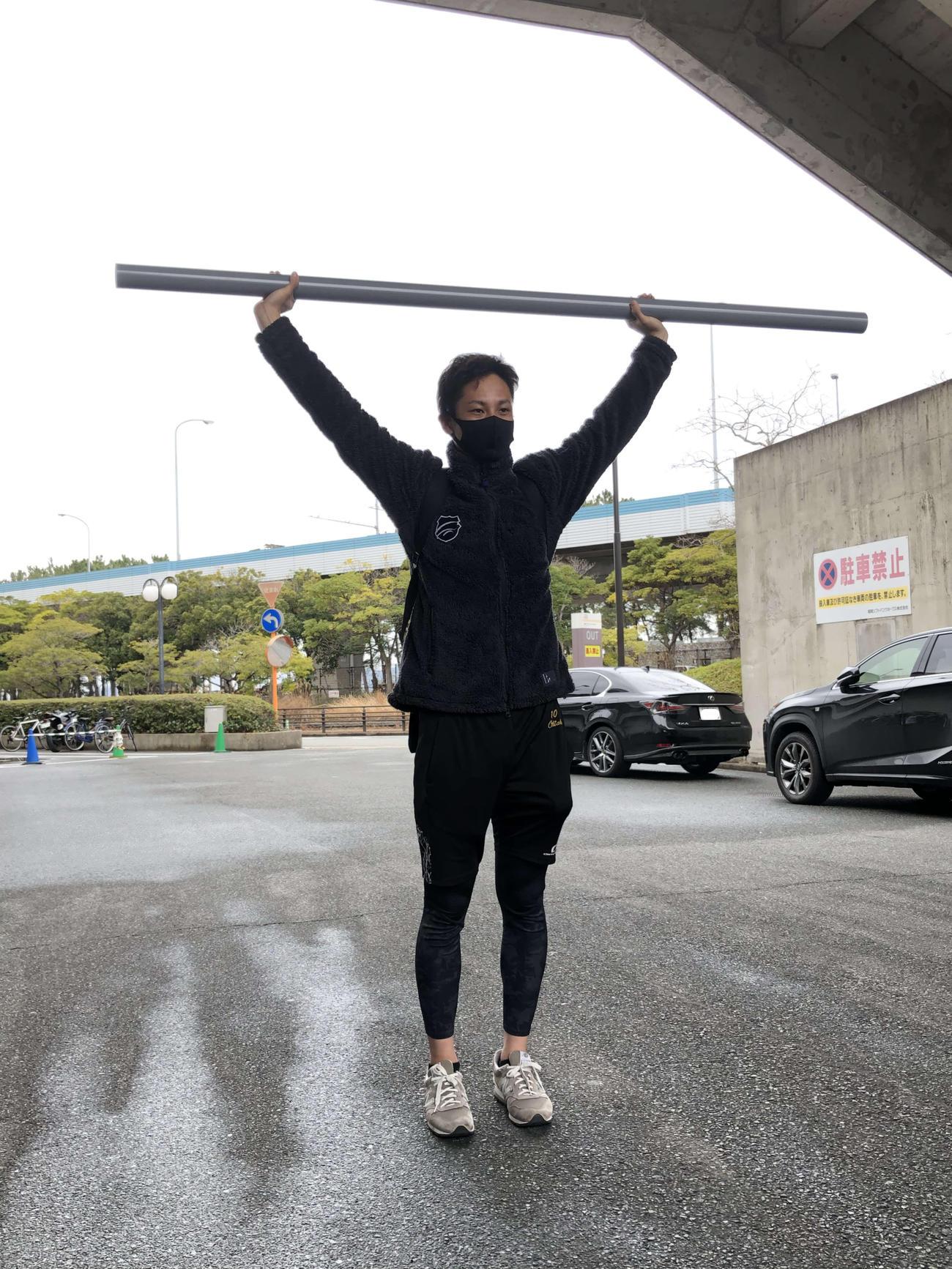 ホームセンターで入手した、トレーニング用のパイプを手にするソフトバンク大竹(撮影・山本大地)