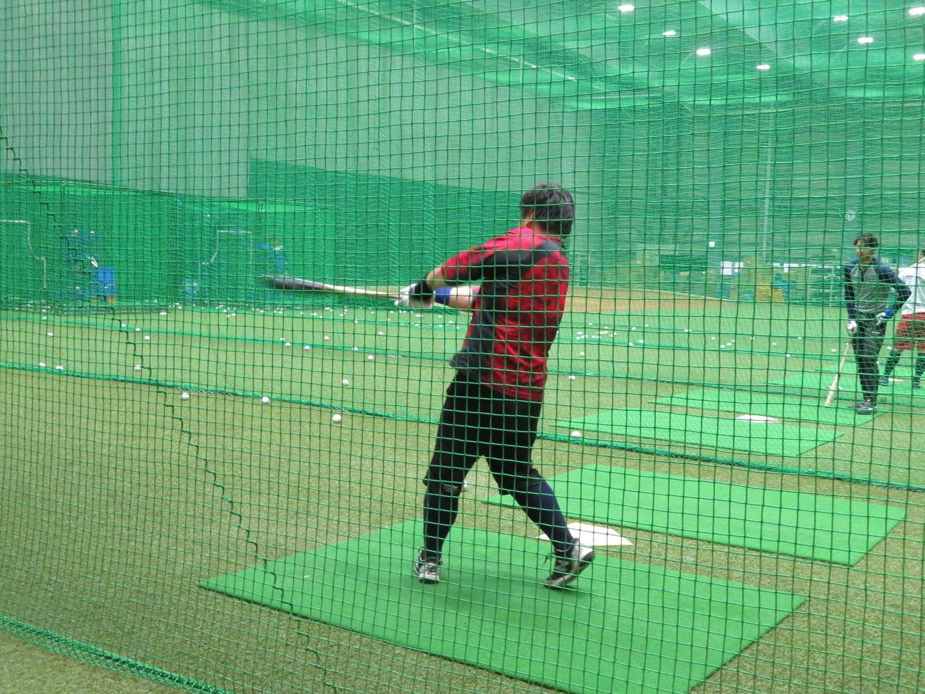 室内練習場で軽めの打撃練習をする西武中村