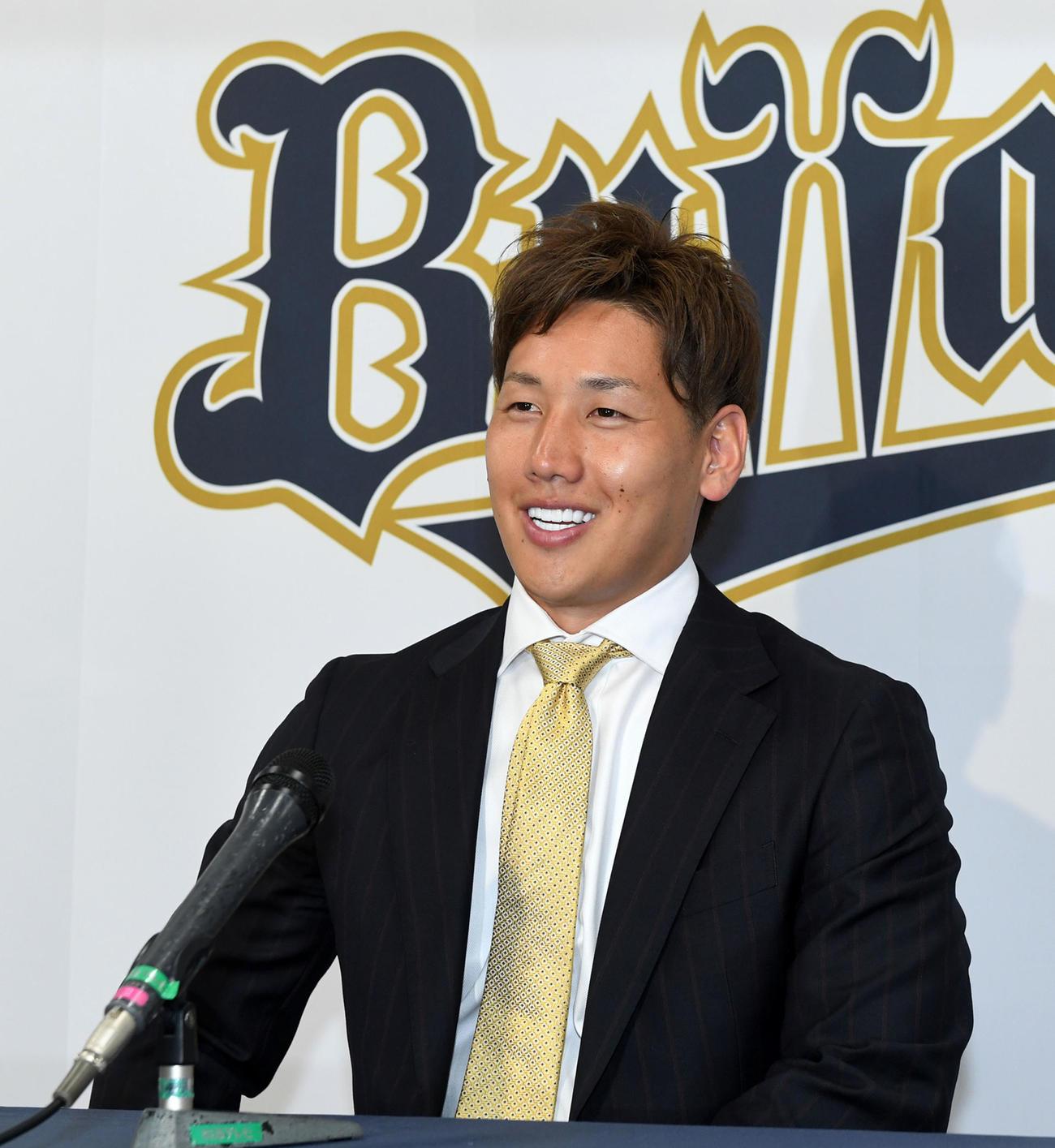 アップで契約更改、笑顔で会見するオリックス吉田正(代表撮影)