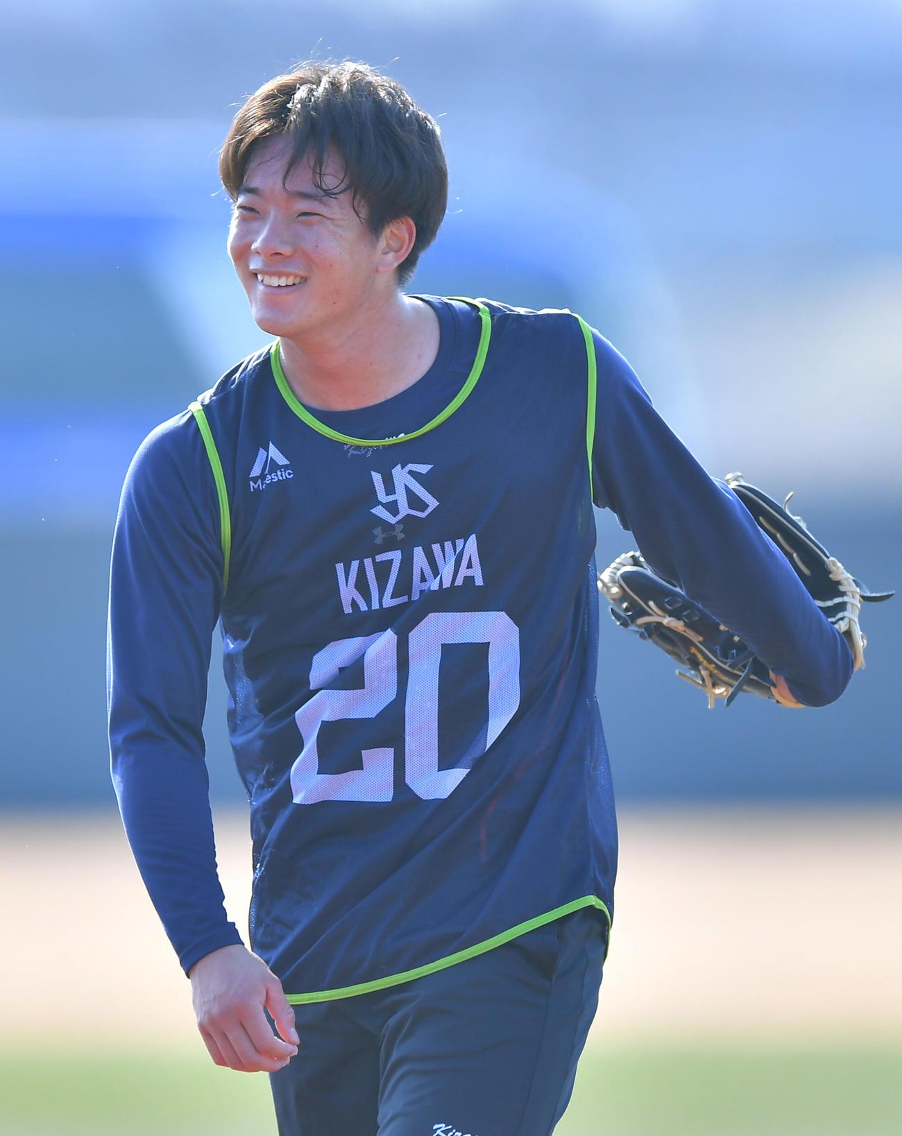 新人合同自主トレで投球練習を終え笑顔を見せるヤクルト木沢(代表撮影)