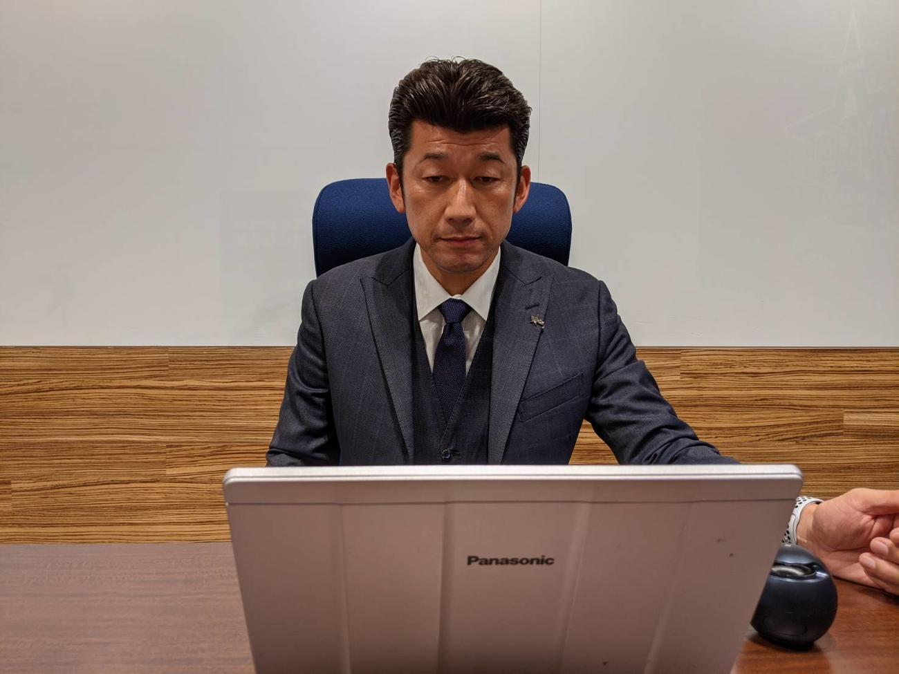 オンラインでスタッフミーティングを行い、新人3人を1軍キャンプに抜てきしたDeNA三浦監督(球団提供)