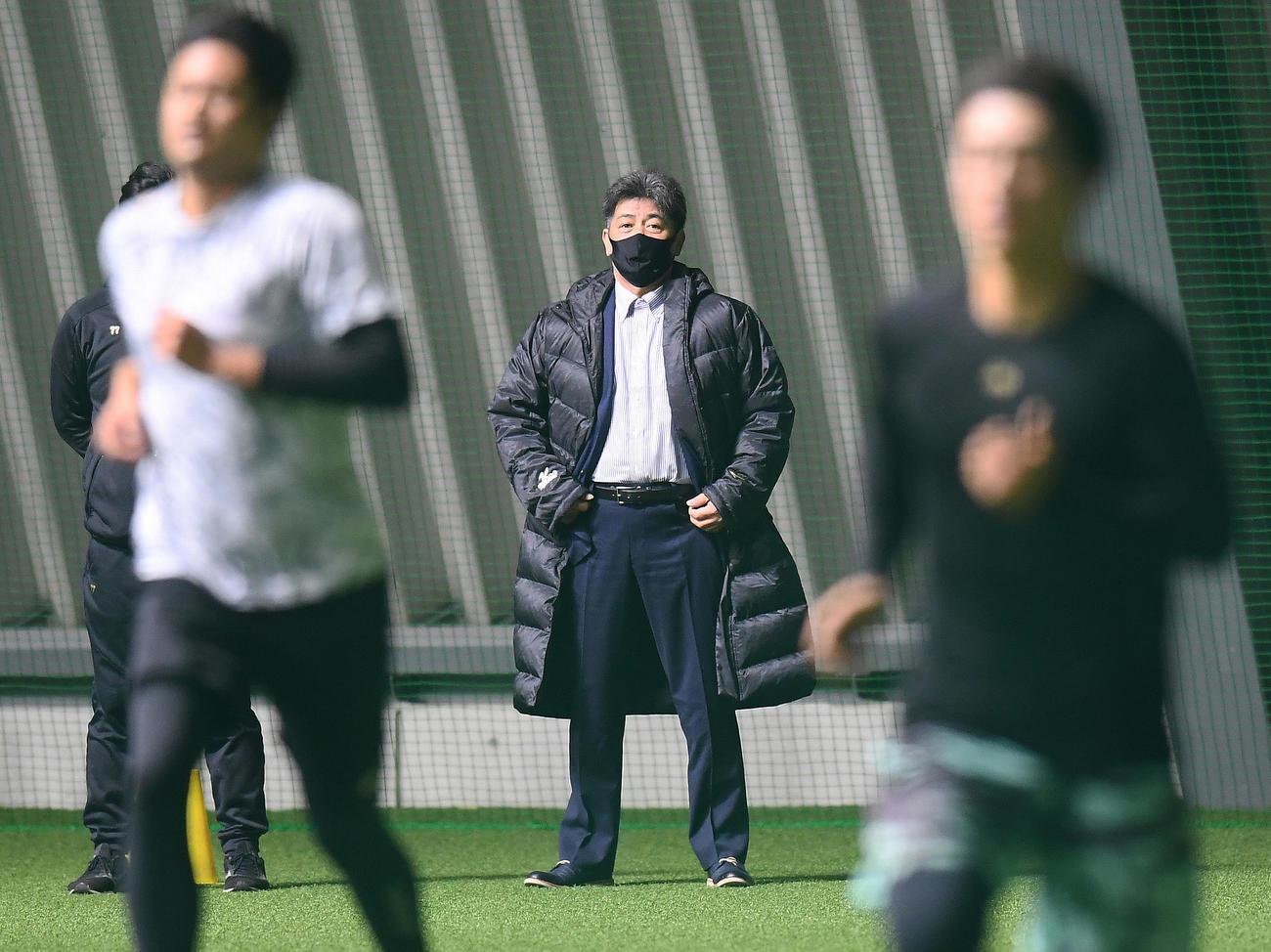 タマホームスタジアム筑後を視察に訪れた工藤監督(代表撮影)