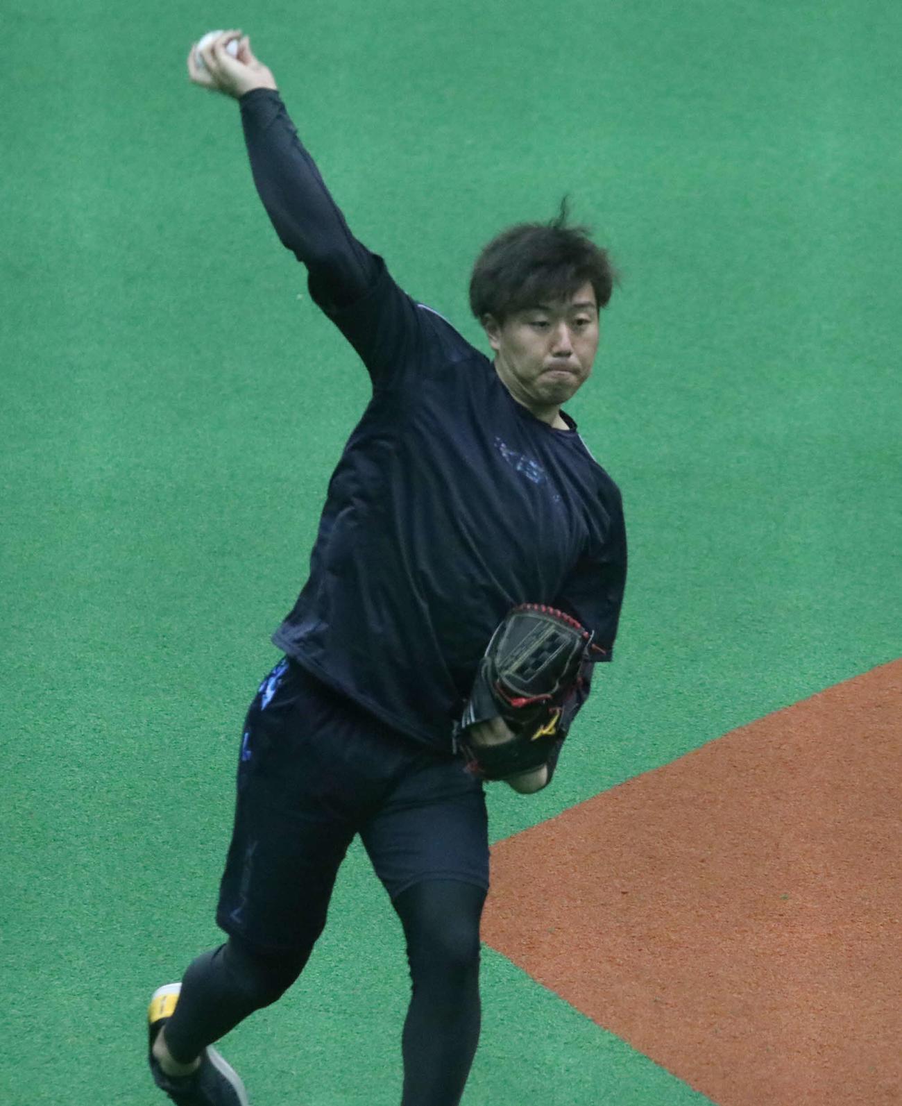 キャッチボールをする日本ハム斉藤(撮影・山崎純一)