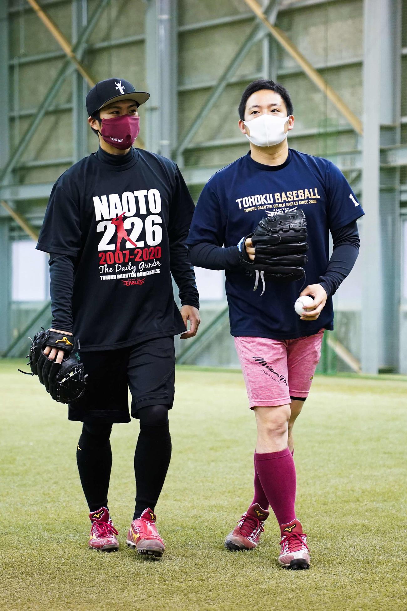 自主トレを公開し、楽天辛島(左)とキャッチボールを行った松井(右)(球団提供)
