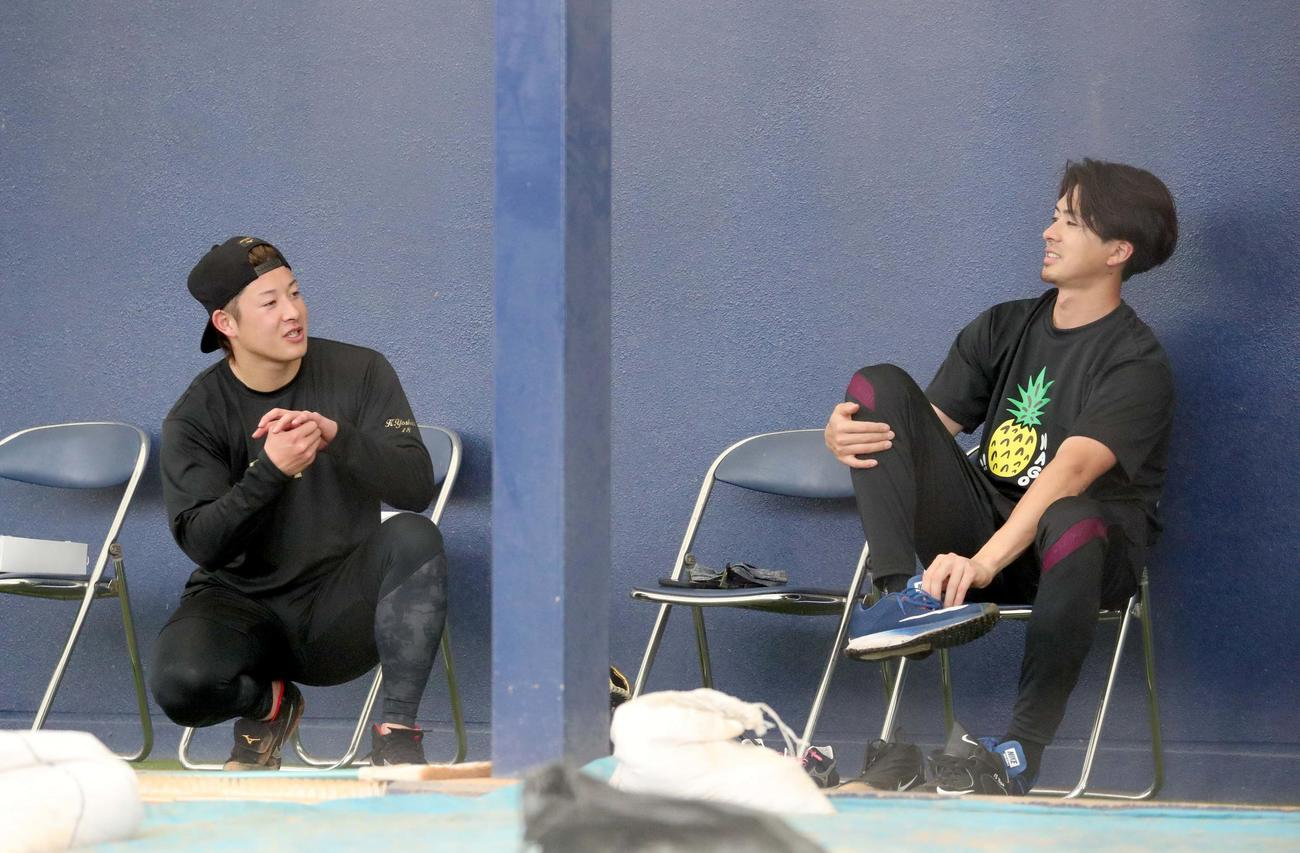 ブルペンで言葉を交わす日本ハム吉田輝(左)と上沢(撮影・佐藤翔太)