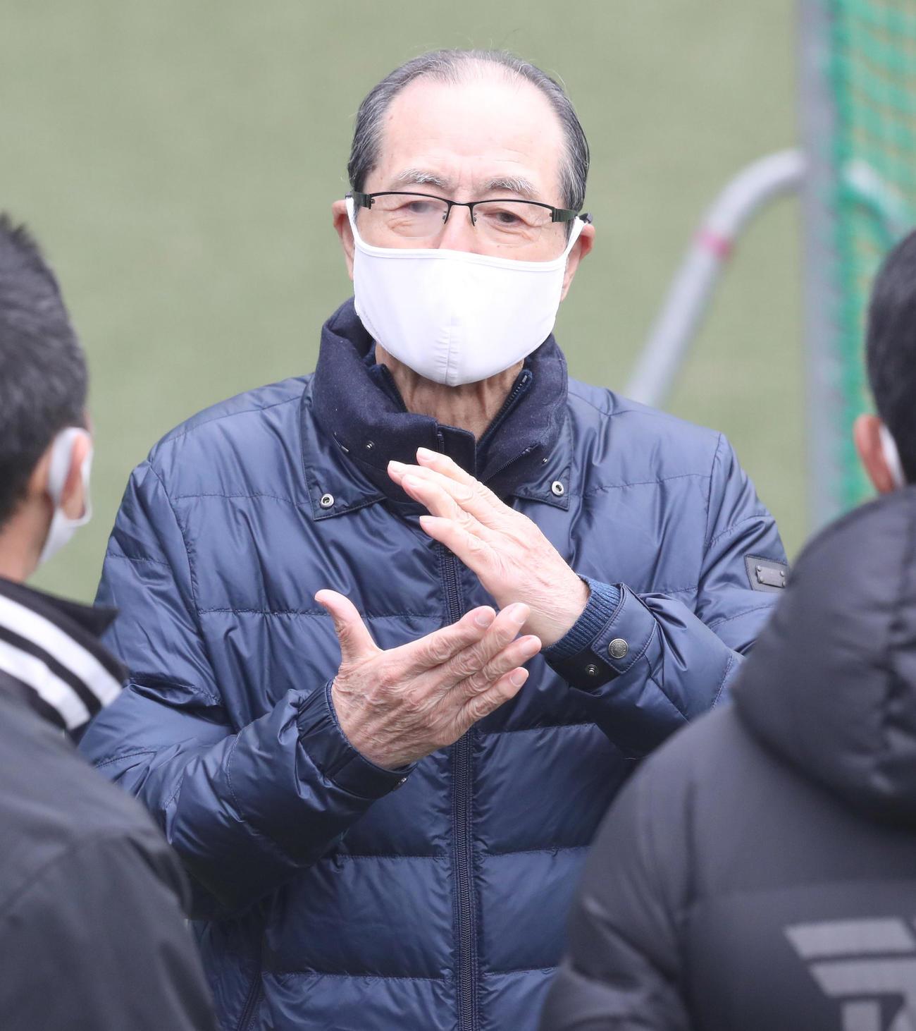 タマホームスタジアム筑後を視察した王球団会長(代表撮影)