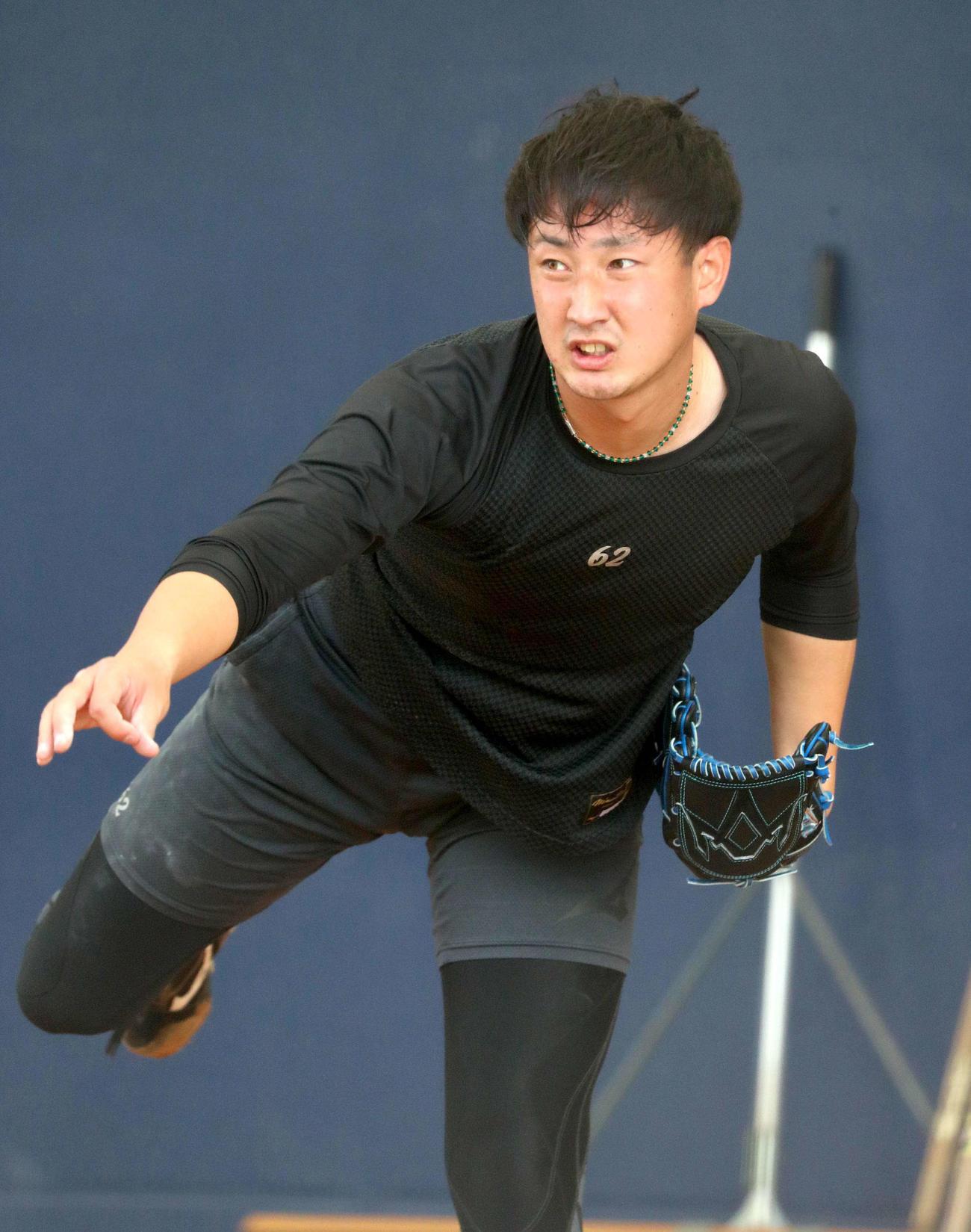 ブルペンで投球する日本ハム望月(撮影・佐藤翔太)