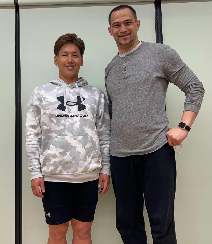 室伏氏(右)と自主トレを行った吉田正(本人提供=撮影は20年12月)