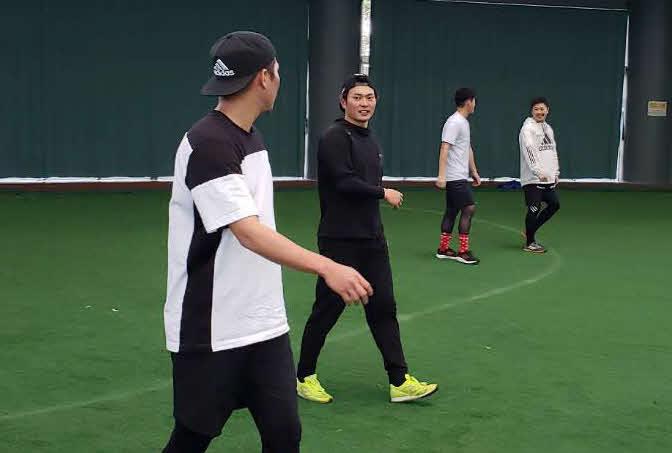 坂本勇(左)らと自主トレを行った北條(2021年1月15日・球団提供)