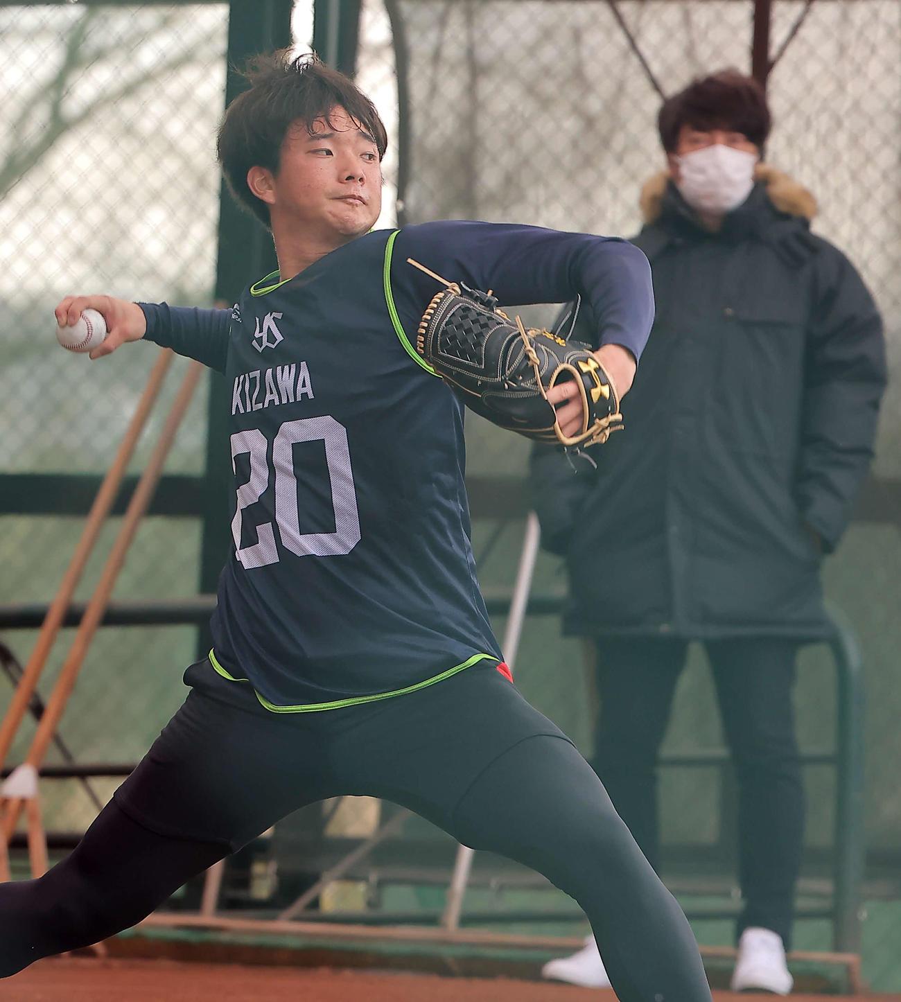 高津監督(右)が見守る中、ブルペンで投球するヤクルト木沢(代表撮影)