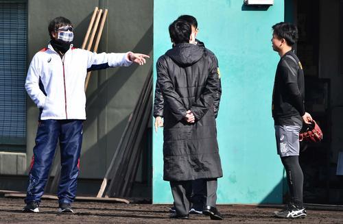 ブルペンに入る村上頌樹(右)に声を掛ける阪神平田勝男2軍監督(代表撮影)