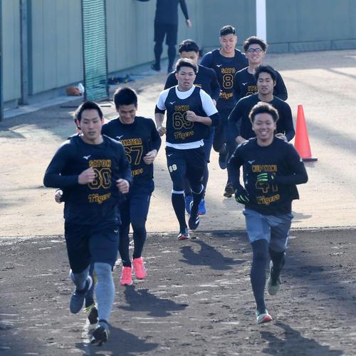 3000メートル走1周目、最後尾を走る佐藤輝(奥)(代表撮影)
