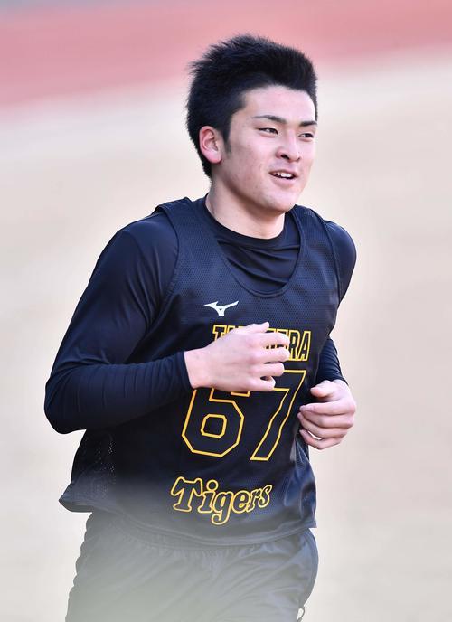 3000メートル走を笑顔で走る高寺(代表撮影)