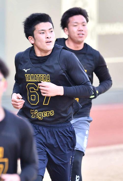 3000メートル走で1位を走る高寺(中央)と2位の村上(代表撮影)