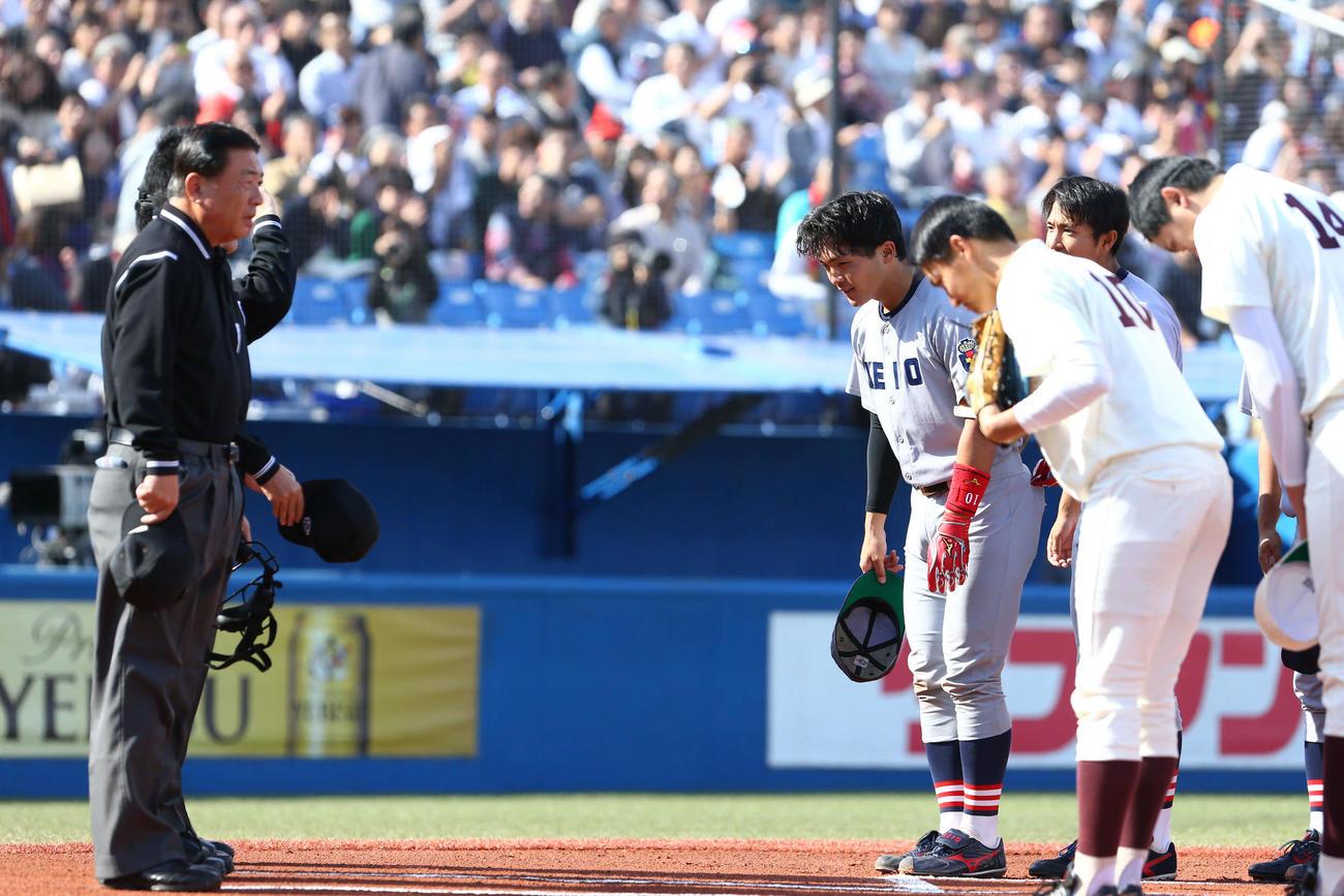 早慶戦の試合前にあいさつをする両チーム(2019年11月2日撮影)