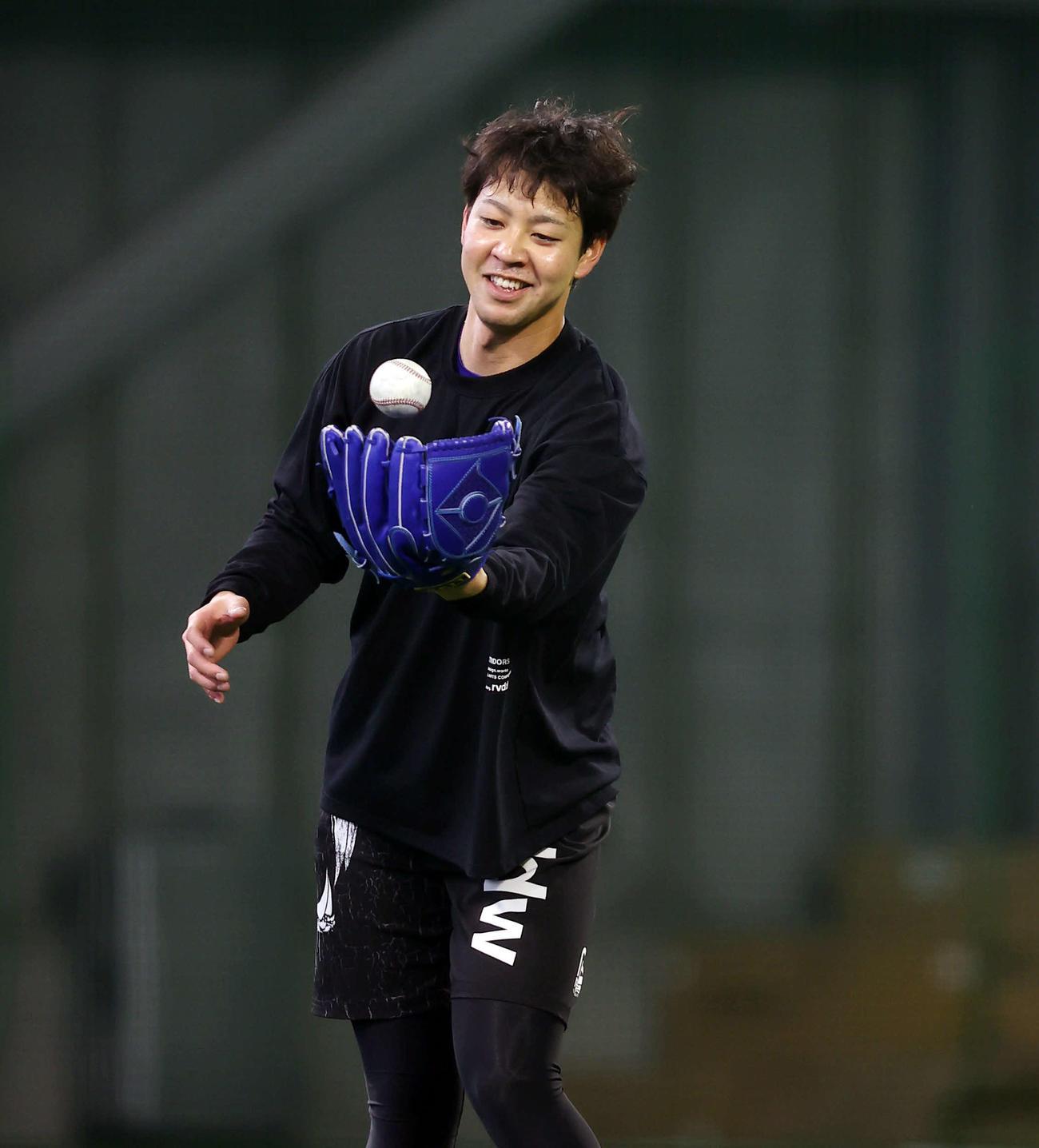 笑顔を見せながら投球練習を行うDeNA平良(撮影・垰建太)
