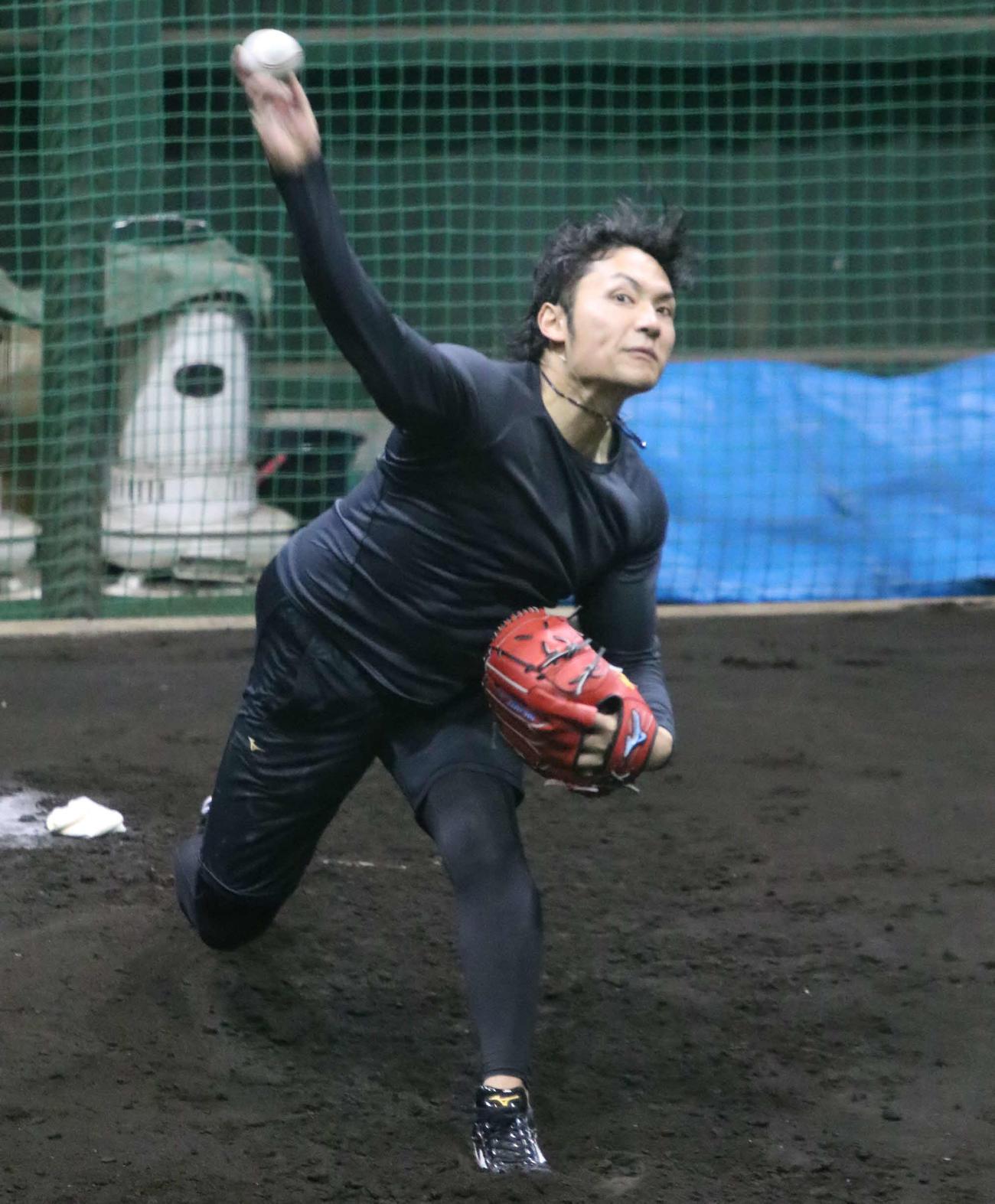 ブルペンに入り投球する日本ハム伊藤(撮影・山崎純一)