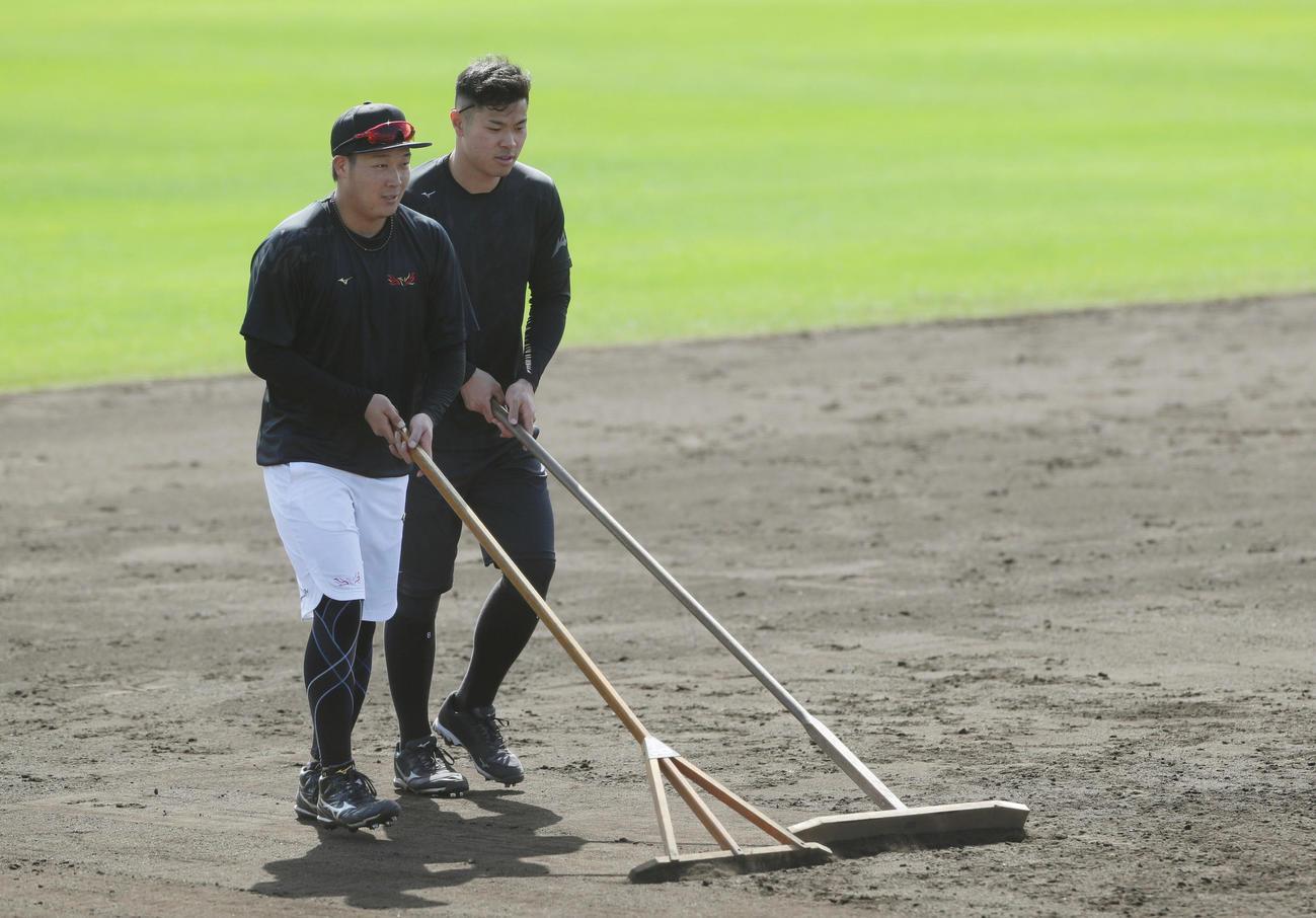 ノックを終えグラウンドを整備する阪神大山(左)と佐藤輝(撮影・前田充)