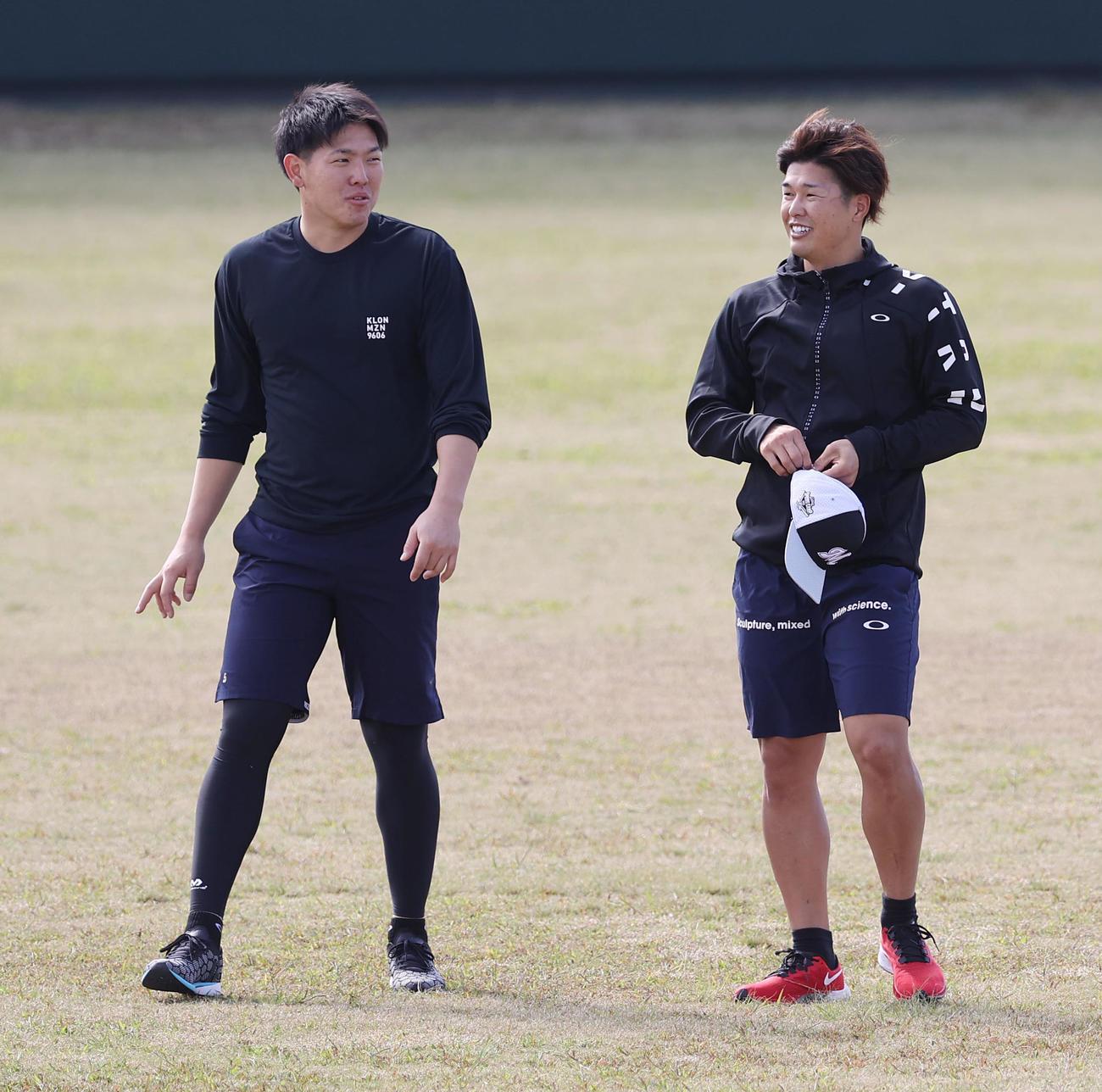 グラウンドで談笑するロッテ安田(左)と中村奨(撮影・垰建太)