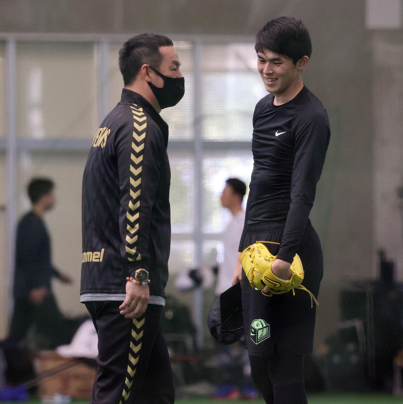 練習の合間、ロッテ松中臨時コーチ(左)と談笑する佐々木朗(撮影・垰建太)