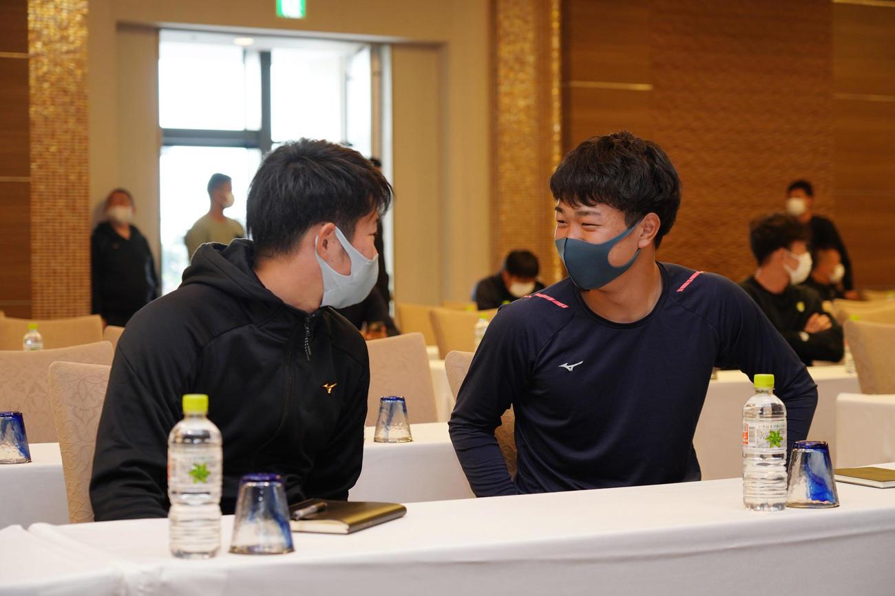 全体ミーティングに臨む森博人(左)と高橋宏斗(右)(球団提供)