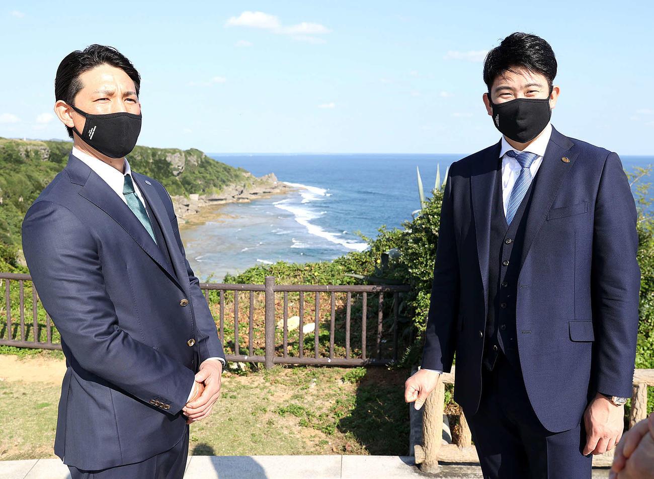 平和祈念公園を訪問した巨人菅野(右)と小林(球団提供)