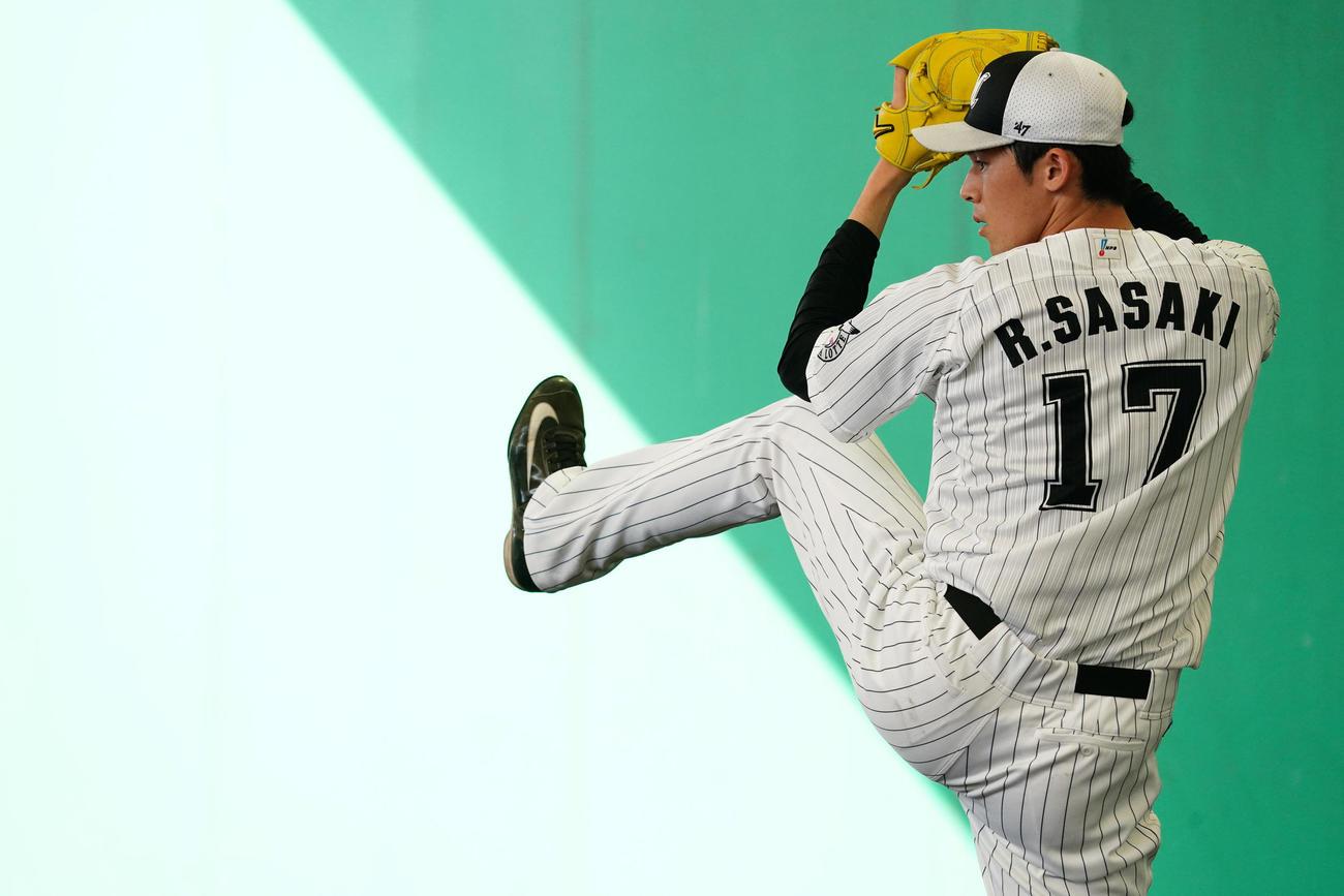ブルペンで投球練習するロッテ佐々木朗