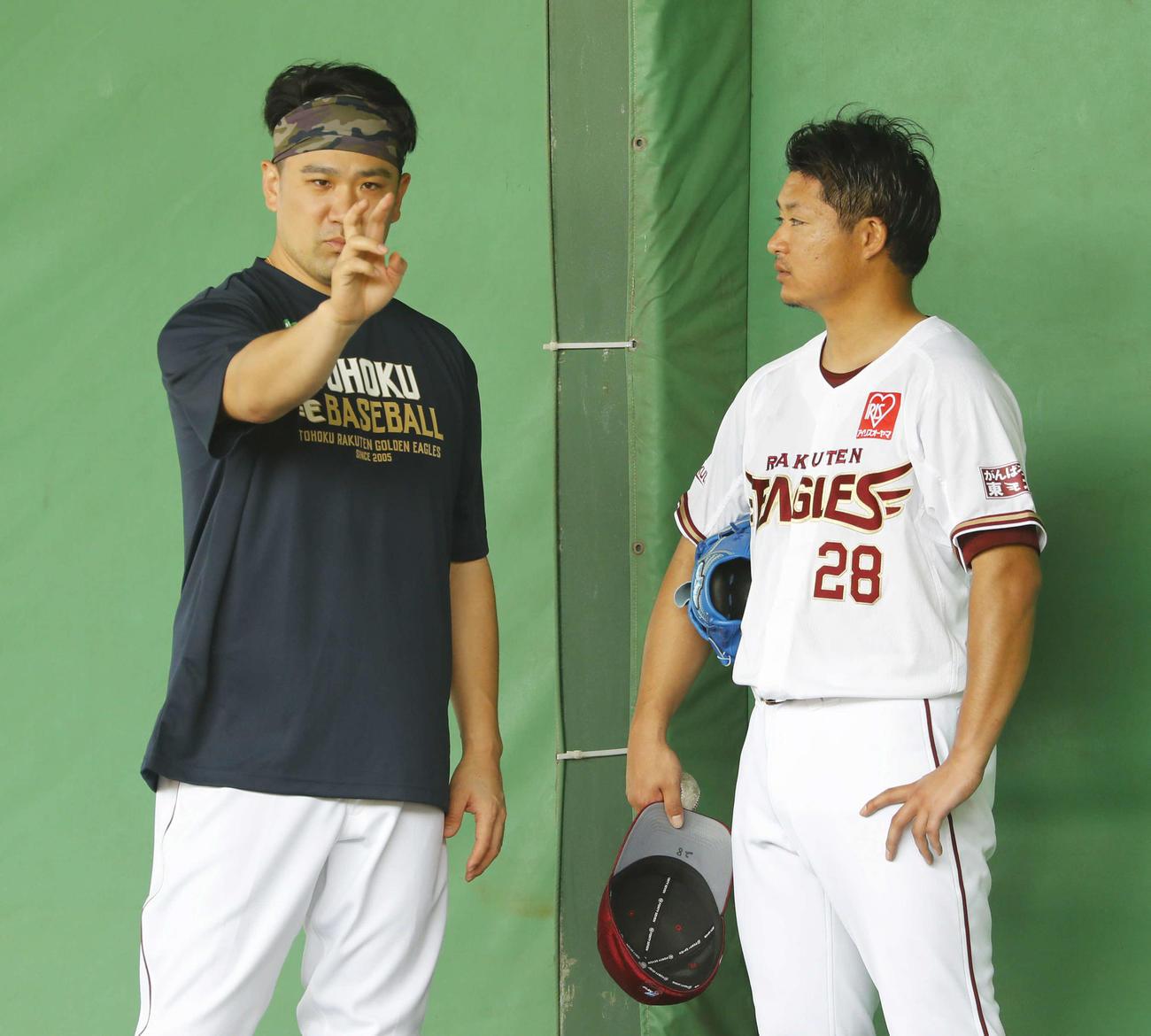 ブルペンをチェックした楽天田中将(左)は酒居にアドバイス