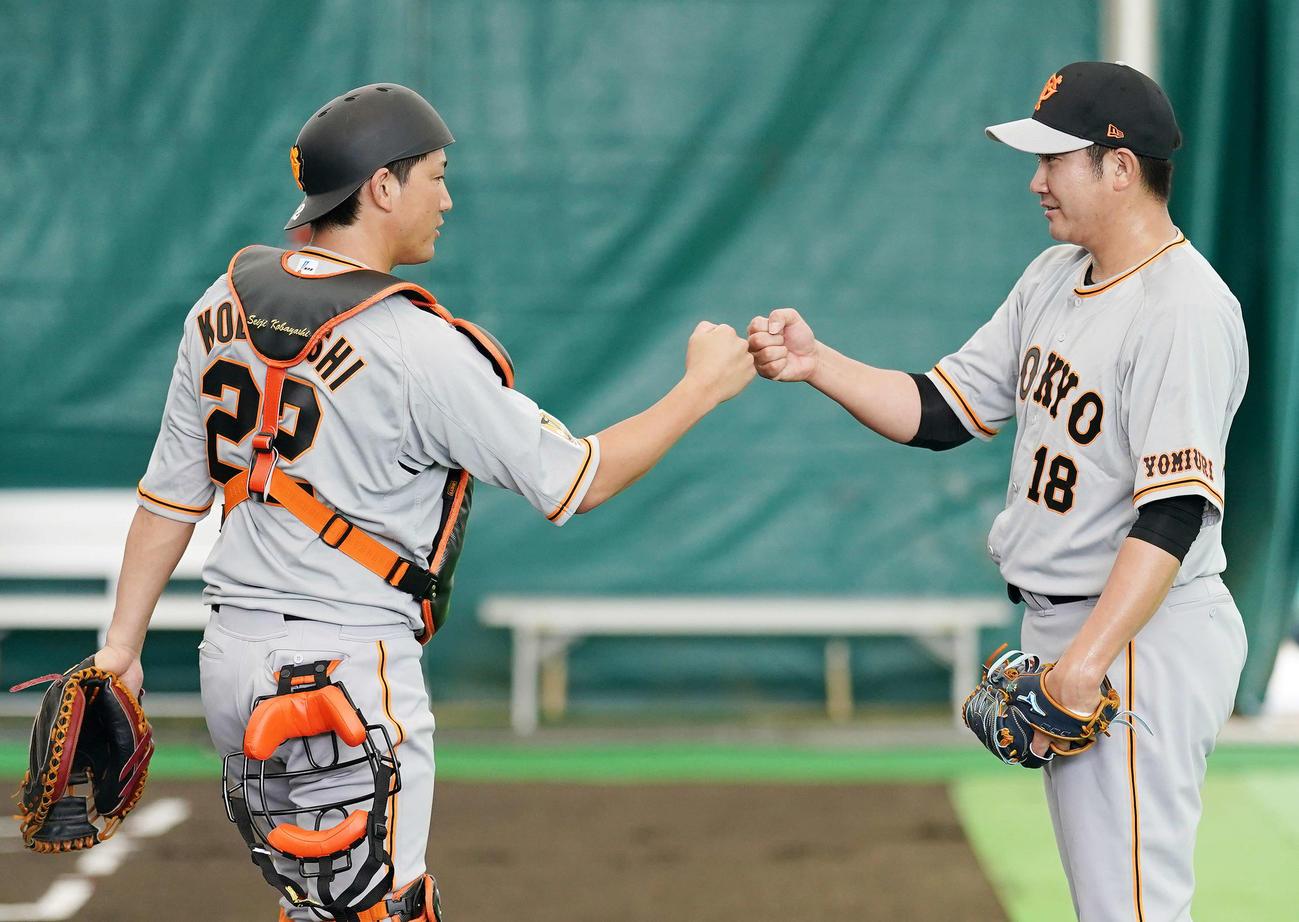 ブルペン投球後、巨人捕手小林(左)とタッチをかわす菅野(撮影・江口和貴)