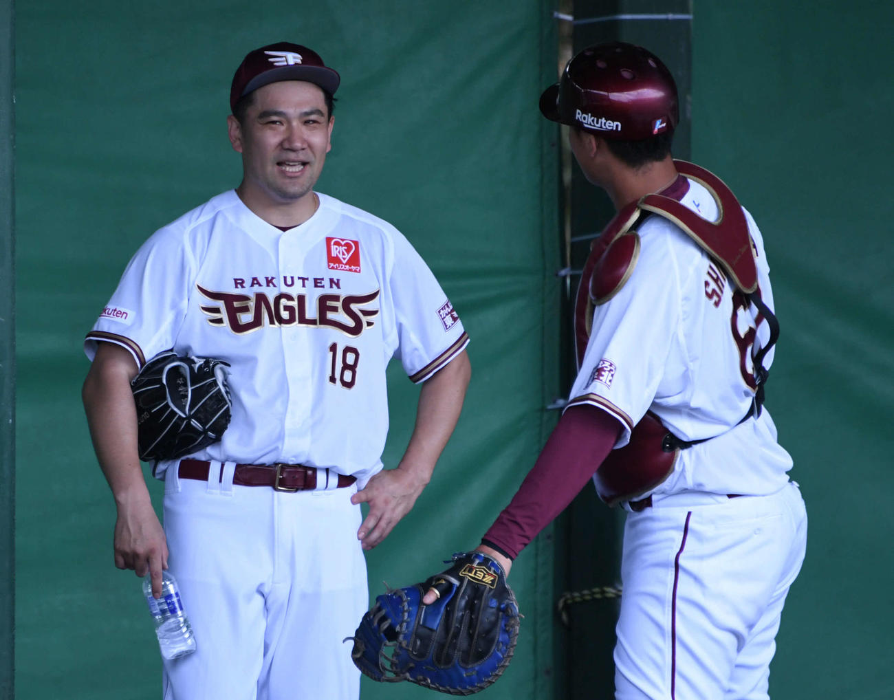 ブルペン投球を終えた楽天田中将(左)は下妻と話し込む