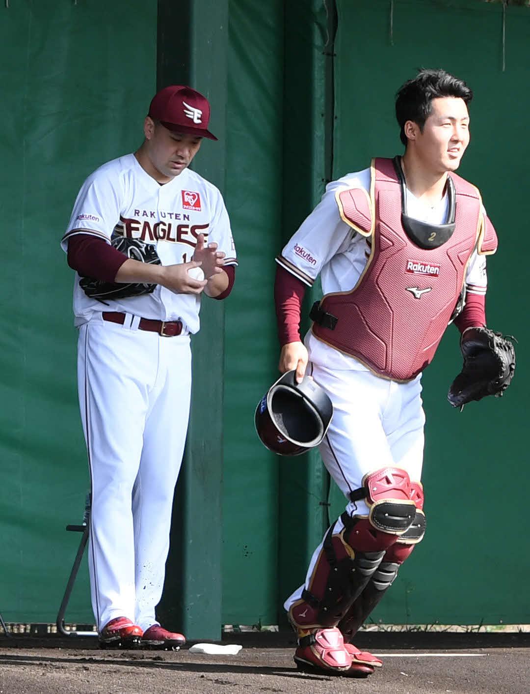 7日、ブルペンで田中将(左)の投球を受けた太田