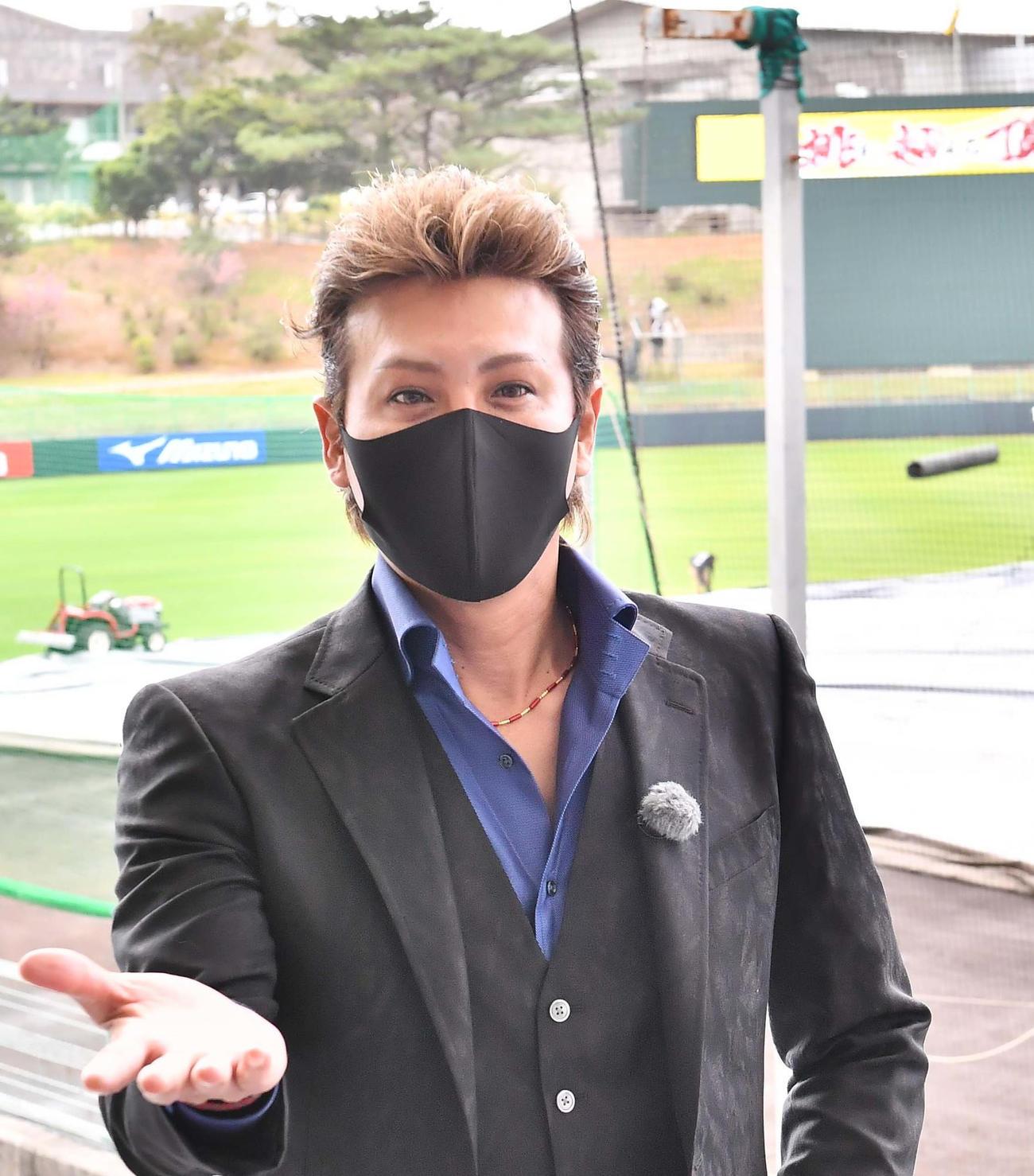 阪神キャンプ地を訪問した新庄剛志氏は右手を出して「ギャラちょーだい」と冗談を言う(撮影・上田博志)