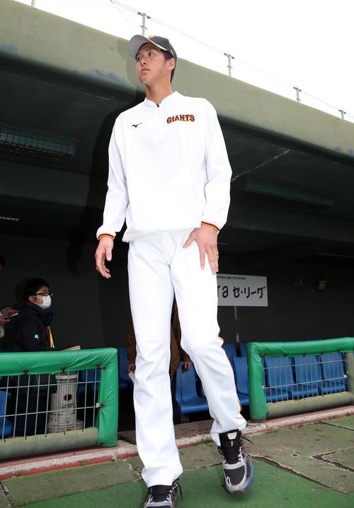 記者に対応後、ベンチから出て、引き揚げる巨人秋広(2月12日撮影・狩俣裕三)