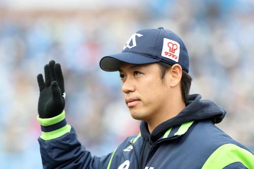 ファンの声援に応えるヤクルト小川(2020年12月6日撮影)