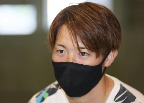 インタビューに応じる広島森下(2月8日撮影・加藤孝規)