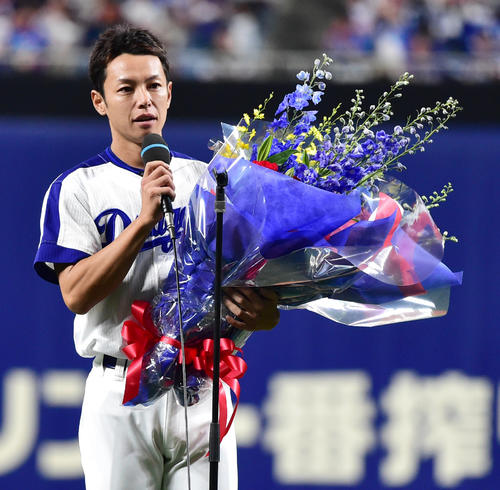18年9月29日、引退セレモニーであいさつする中日浅尾(現コーチ)(撮影・清水貴仁)