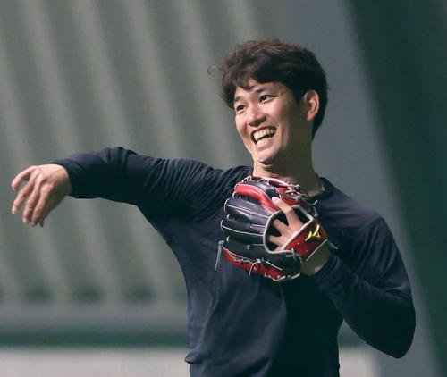 練習中に笑顔を見せるソフトバンク栗原陵矢(1月26日代表撮影)
