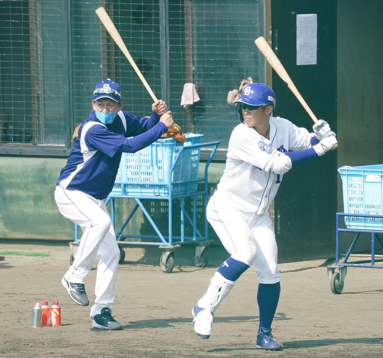 シート打撃練習で打席を待つ中日京田(右)にアドバイスをする立浪臨時コーチ(2021年2月7日撮影)