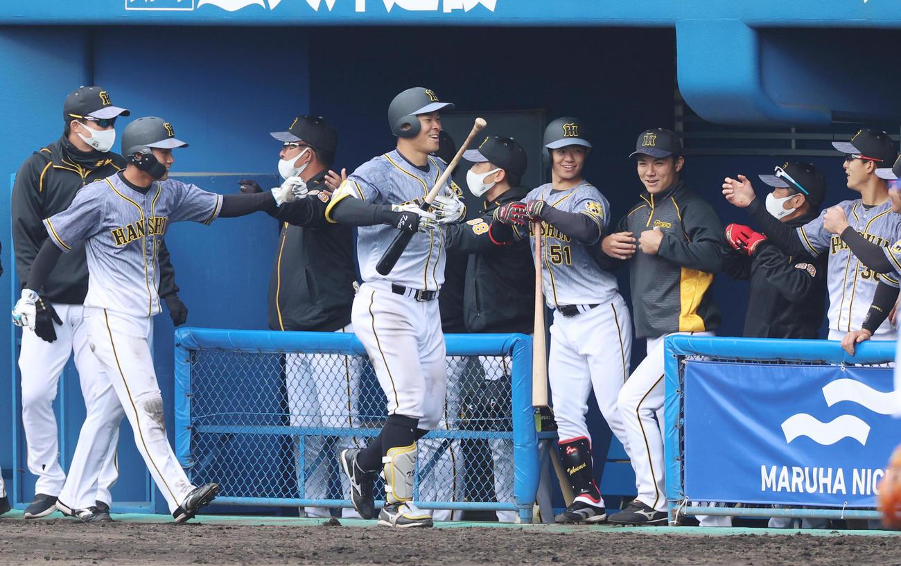 練習試合 DeNA対阪神 8回表阪神2死二塁、本塁打を放った佐藤輝明はゴリラポーズを披露(撮影・清水貴仁)