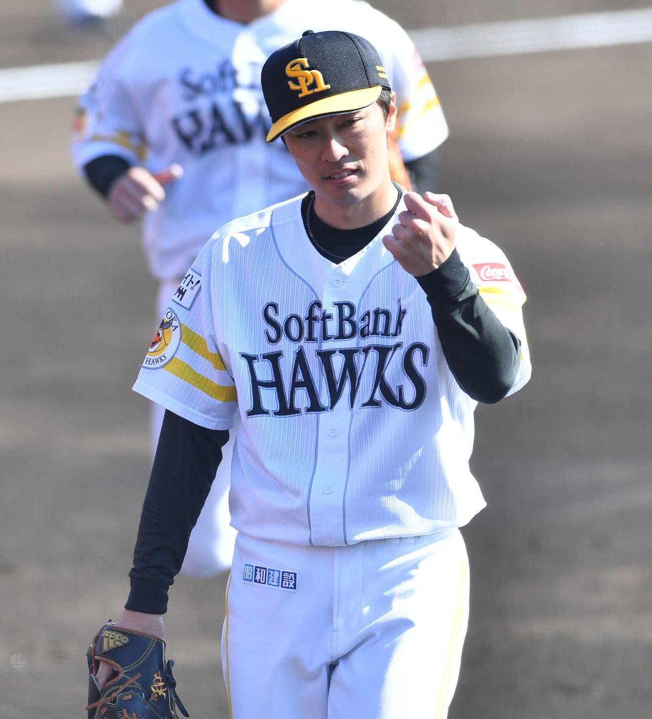 紅白戦 2回表を抑えた和田はボールの握りを気にしながらベンチに引き揚げる(撮影・岩下翔太)