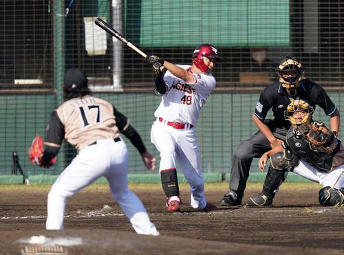 楽天対日本ハム 7回裏楽天2死二塁、左前適時打を放つ渡辺佳。投手伊藤(撮影・江口和貴)