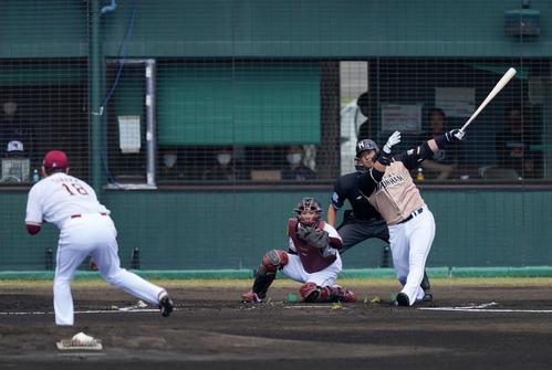 楽天対日本ハム 1回表日本ハム1死一、二塁、先制3点本塁打を放つ中田。投手田中将(撮影・江口和貴)